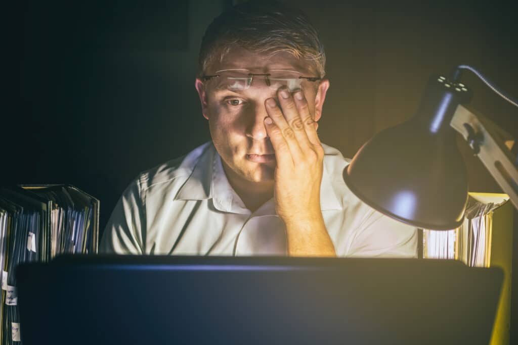 Gereizte Augen durch Computerarbeit und schlechte Beleuchtung